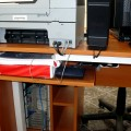 Кабел-каналите са скрили всички кабели на компютъра и принтера